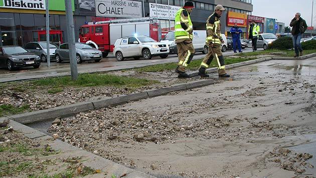Wasserrohr bei SCS geborsten - weiträumige Sperre (Bild: Pressestelle BFK Mödling/Florian Zeilinger)