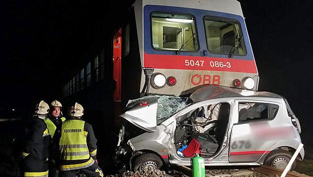 NÖ: Pkw von Zug erfasst - Lenkerin getötet (Bild: FF Günseldorf/Christopher Neumayer)