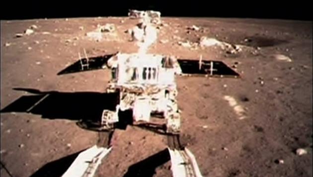 """Der Rover """"Yutu"""" (Jadehase) auf dem Mond (Bild: Associated Press)"""