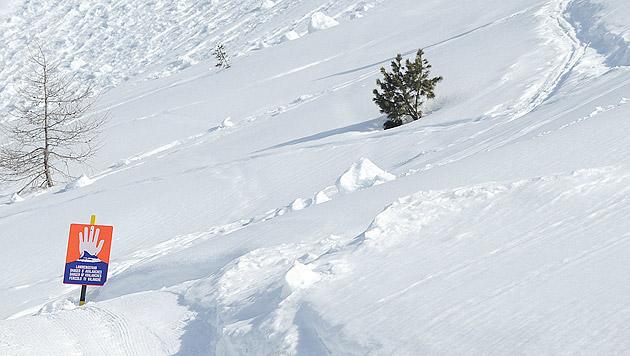 Vbg: Mann gleich zweimal von Lawinen verschüttet (Bild: APA/Barbara Gindl (Symbolbild))