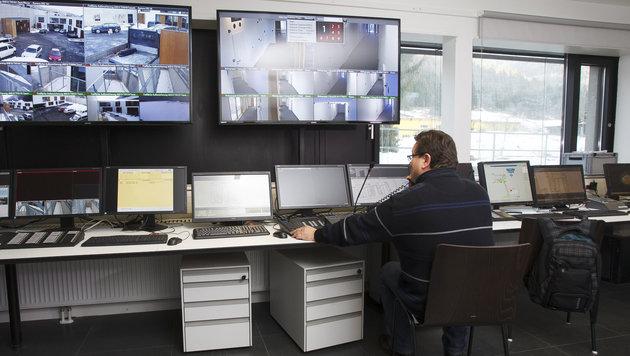 Die Sicherheits- und Überwachungszentrale im Schubhaftzentrum Vordernberg (Bild: APA/ERWIN SCHERIAU)