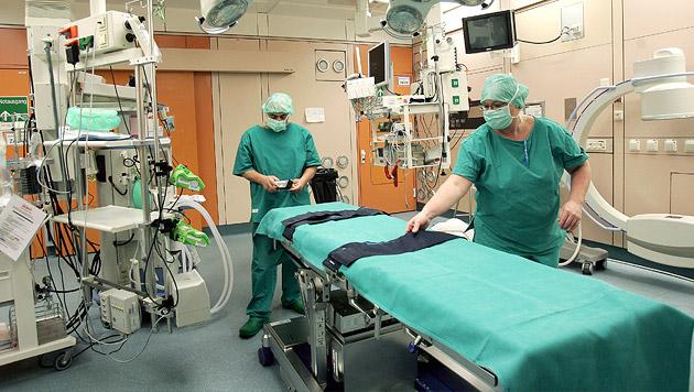 Ärzte nähten Steirer abgetrennte Hand wieder an (Bild: APA/GUENTER R. ARTINGER (Symbolbild))