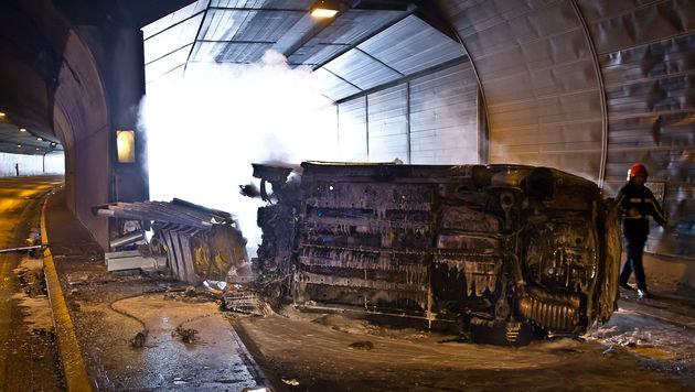 Autobrand in Salzburger Tunnel: Lenker verbrannt (Bild: APA/FMT-PICTURES)
