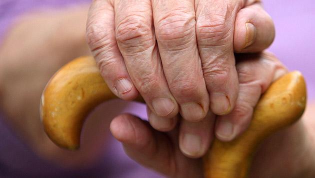 Enkel attackiert Opa (90) grundlos mit Messer (Bild: dpa/Oliver Berg (Symbolbild))
