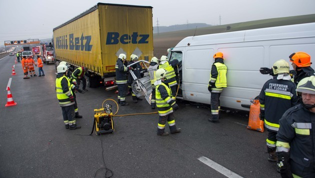 Ein Schwerverletzter bei Auffahrunfall in OÖ (Bild: Werner Kerschbaummayr)