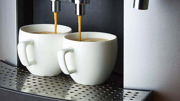 Geschäftsfrau vergiftet Kaffee der Konkurrenz (Bild: thinkstockphotos.de)