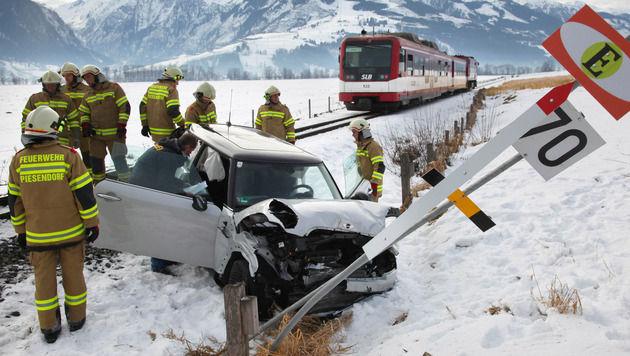 Pkw von Zug gerammt - Urlauberpaar schwer verletzt (Bild: Niki Faistauer)