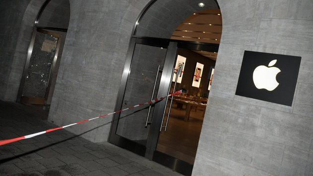 Einbrecher rasten mit Auto in Berliner Apple Store (Bild: dpa/Oliver Mehlis)