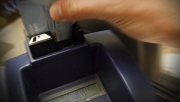 Kartenzahlung: Hacker warnen vor Sicherheitslücken (Bild: APA/HANS KLAUS TECHT, krone.at-Grafik)