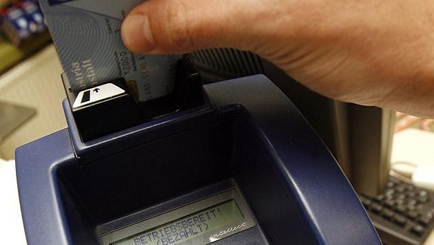Kundenansturm legte Bankomatkassen lahm (Bild: APA/HANS KLAUS TECHT (Symboldbild))