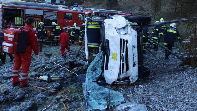 OÖ: Kleinbus 40 Meter abgestürzt - zwei Verletzte (Bild: FF Weyer)