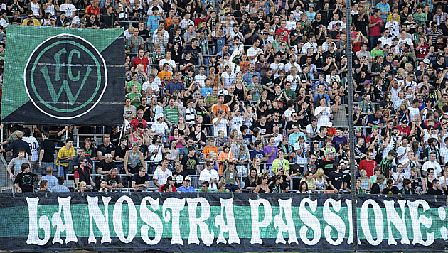 Nur einige der potenziell Abertausenden Wacker-Innsbruck-Fans (Bild: APA/ROBERT PARIGGER)