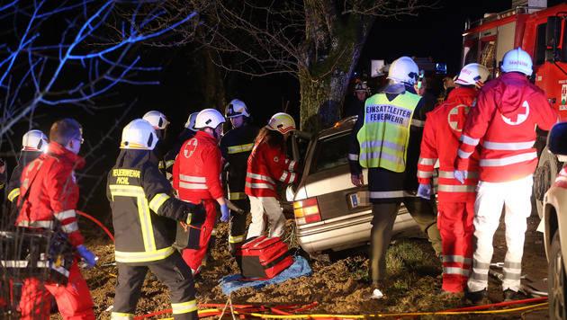 21-Jähriger mit Pkw gegen Baum geprallt - verletzt (Bild: Matthias Lauber)