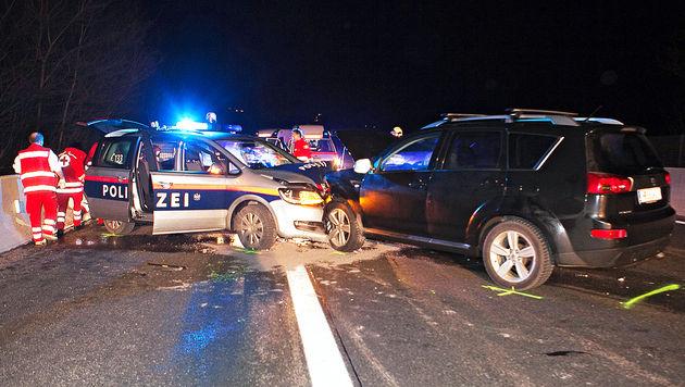 Geisterfahrerin rammt Polizeiauto - drei Verletzte (Bild: APA/MANFRED FESL)