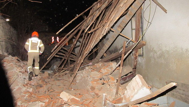 Hausdach bricht über schlafendem Grazer (86) ein (Bild: BF Graz)