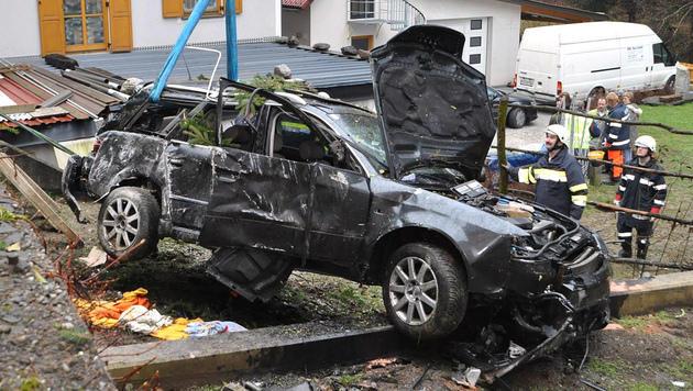 Beifahrer (24) stirbt bei Unfall in der Steiermark (Bild: APA/BFVVO/ARTUR HOLAWAT)