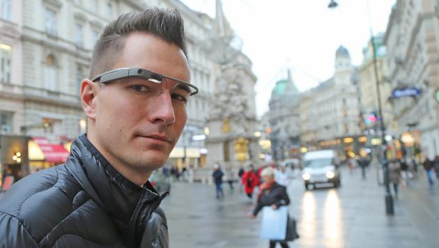 """Glass im Test: Die """"Krone"""" mit der Brille in Wien (Bild: Peter Tomschi)"""