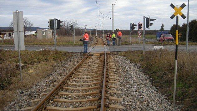 Zug rammt Auto auf Bahnübergang im Burgenland (Bild: Polizei)