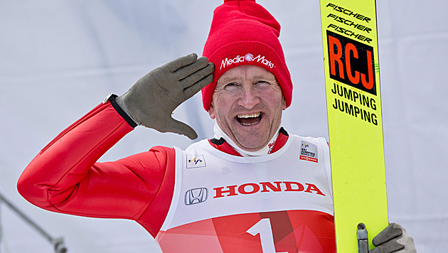 "Fans feiern ""Eddie the Eagle"" in Oberstdorf (Bild: APA/EPA/Daniel Karmann)"
