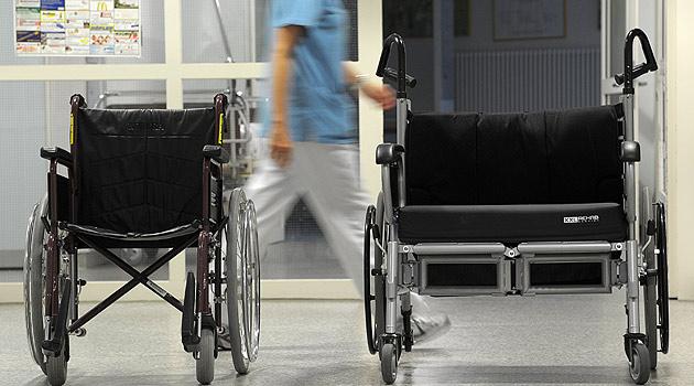 Rollstuhlfahrer lag zehn Stunden hilflos im Freien (Bild: dpa/David Ebener)