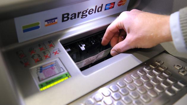 Bankomaten mittels USB-Stick mit Malware infiziert (Bild: APA/Barbara Gindl)