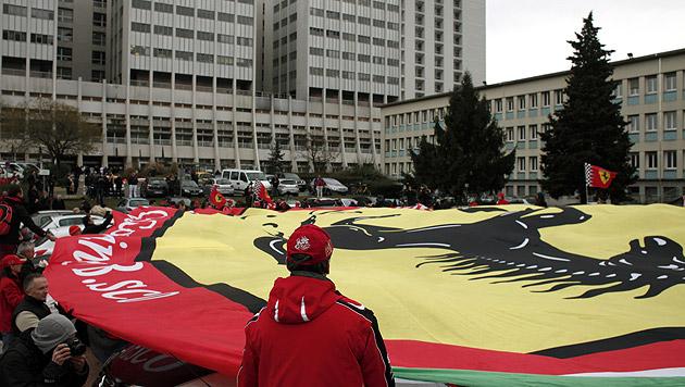 Ferrari-Fans marschierten zu Schumis 45er auf (Bild: AP)