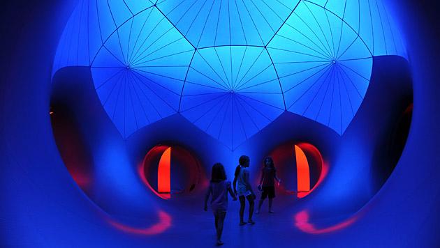 Licht- und Luftskulptur fasziniert Sydney-Besucher (Bild: EPA)