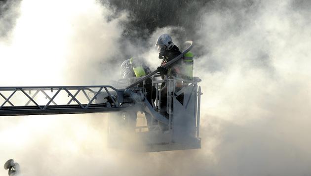Pflegebedürftige Frau stirbt bei Hausbrand in Wien (Bild: APA/HERBERT PFARRHOFER)