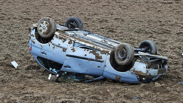 Auto überschlägt sich und landet in Acker (Bild: APA/MARTIN HAFNER, BFKDO JENNERSDORF)