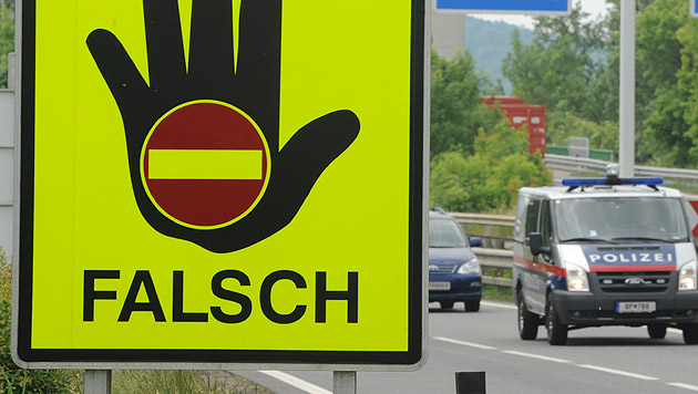 Alko-Geisterfahrerin nach 25 Kilometern gestoppt (Bild: APA/HERBERT PFARRHOFER (Symbolbild))