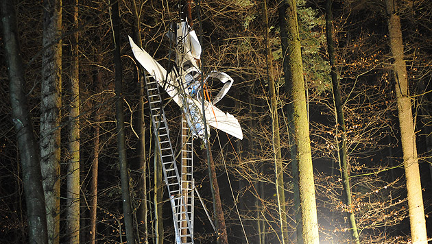 Notfallschirm hielt Flieger nach Absturz in Bäumen (Bild: APA/SIEGFRIED ULLRICH)