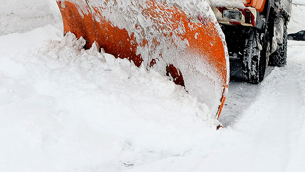 Schneepflug rammt Auto - Frau (46) schwer verletzt (Bild: APA/Stiplovsek Dietmar (Symbolbild))