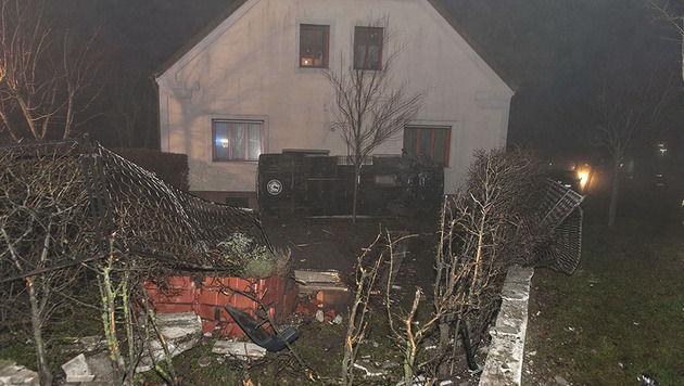 Kleinbus prallt in 3 Metern Höhe gegen Hausmauer (Bild: Stefan Schneider/BFK Baden)