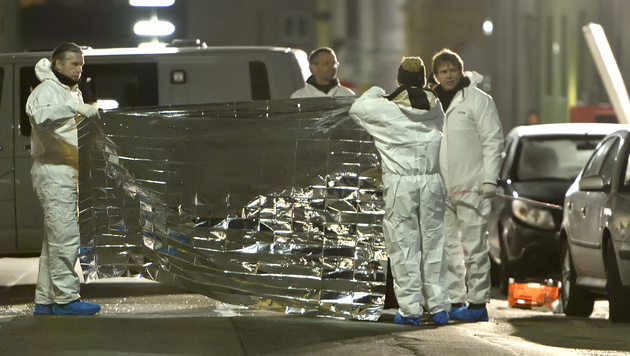 Wien: Explosion in Auto - zwei Männer tot (Bild: APA/HERBERT NEUBAUER)
