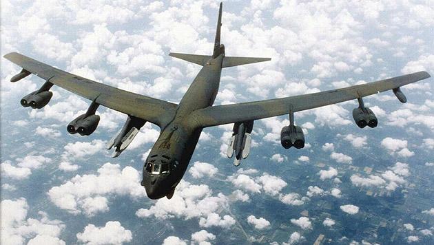Eine achtstrahlige, mit Raketen bestückte B-52 (Bild: US Air Force)