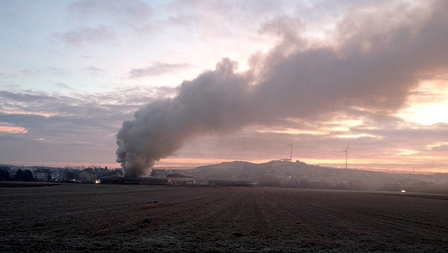 Brand eines Heizwerks forderte Einsatzkräfte in NÖ (Bild: APA/RESCH)