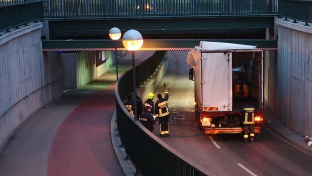 NÖ: Lastwagen steckte in Unterführung fest (Bild: Stadtfeuerwehr Tulln)