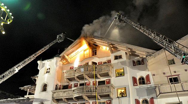 Gäste flüchteten vor Feuerinferno in Tiroler Hotel (Bild: APA/BFV SCHWAZ/TAXACHER)