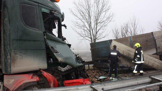 Lenker stirbt bei Kollision zweier Laster in Tulln (Bild: FF Tulln)