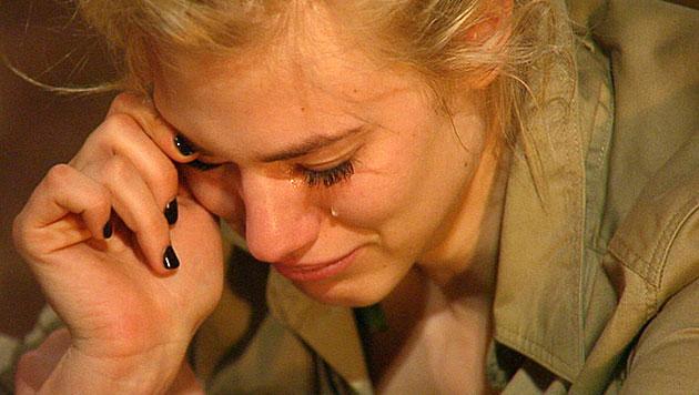 Larissa bricht wegen Spinnen-Streits in Tränen aus (Bild: RTL)
