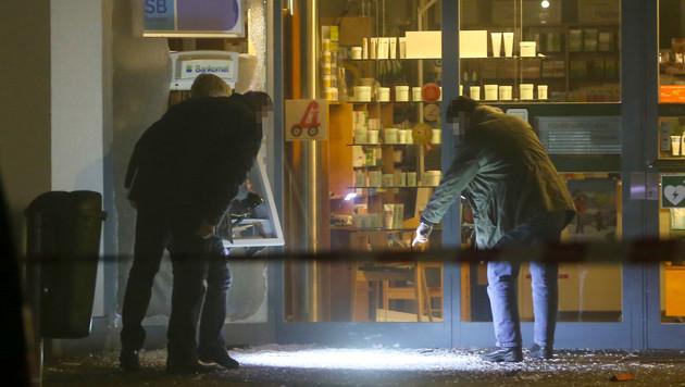 OÖ: Bankomat mit Gas in die Luft gesprengt (Bild: APA/MATTHIAS LAUBER)
