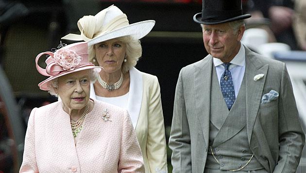 Queen bereitet Charles auf Thronübergabe vor (Bild: AP)