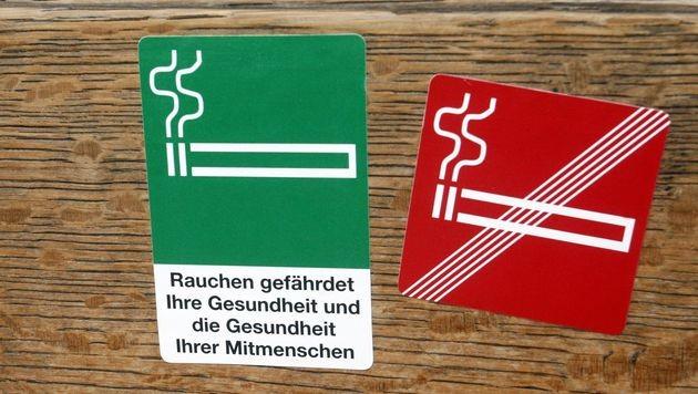 Nichtrauchern ist Gang durch Raucherraum zumutbar (Bild: APA/HERBERT PFARRHOFER)