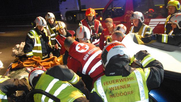 NÖ: Zwei Menschen bei Unfall auf A2 verletzt (Bild: Martin Hofbauer/Pressestelle BFK Mödling)