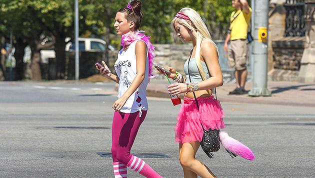 SMS-Schreiben beim Gehen ist gefährlich (Bild: thinkstockphotos.de)