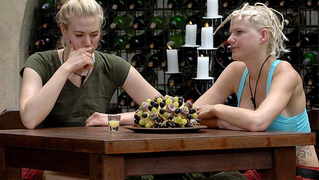 Tag 5: Larissa trinkt nur Buschhirsch-Sperma (Bild: RTL/Stefan Menne, krone.at-Grafik)