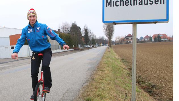 Tournee-Held Diethart trainiert daheim auf Einrad (Bild: ÖSV/Flo Kotlaba)