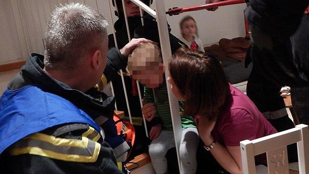 Bub steckt mit Kopf in Geländer fest - befreit (Bild: MA 68 Lichtbildstelle)