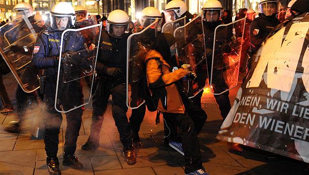 Junge Grüne unterstützten Demo-Chaoten bei Anreise (Bild: APA/HERBERT P. OCZERET)