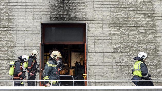 Brand an der TU Wien: Gebäude evakuiert (Bild: APA/HERBERT NEUBAUER)